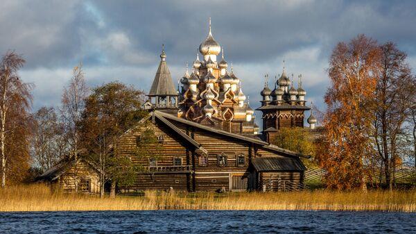 Вид со стороны Онежского озера  на Преображенскую церковь музея-заповедника Кижи в Карелии