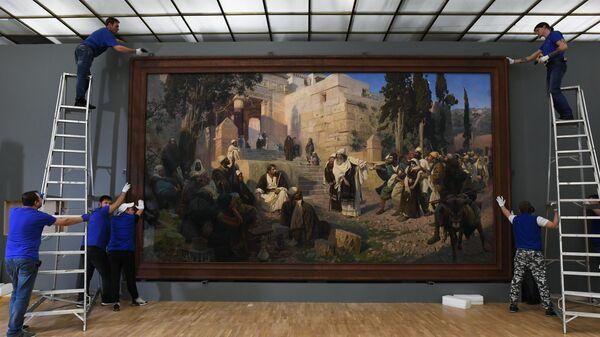 Сотрудники музея вешают картину Христос и грешница (1888 г.) во время подготовки выставки Василия Поленова в Третьяковской галерее