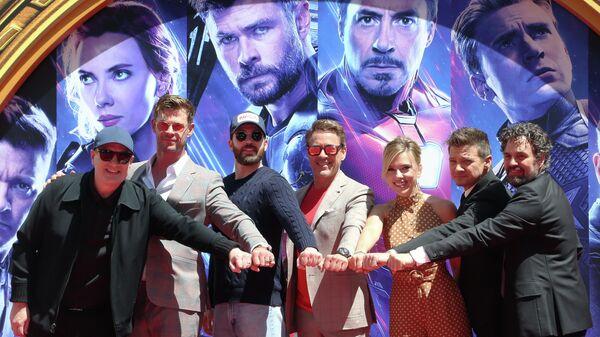 Президент Marvel Studios Кевин Файги и актерский состав фильма Мстители: Финал