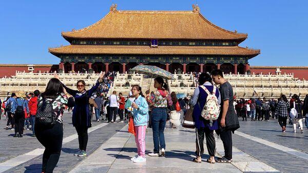Туристы фотографируются в Запретном городе