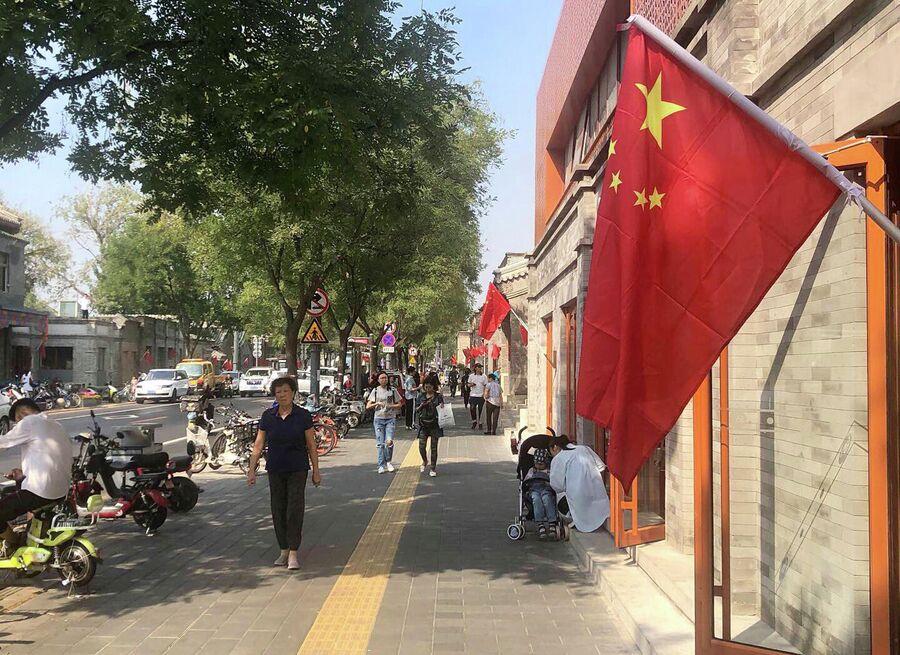 Красные флаги на улице Пекина