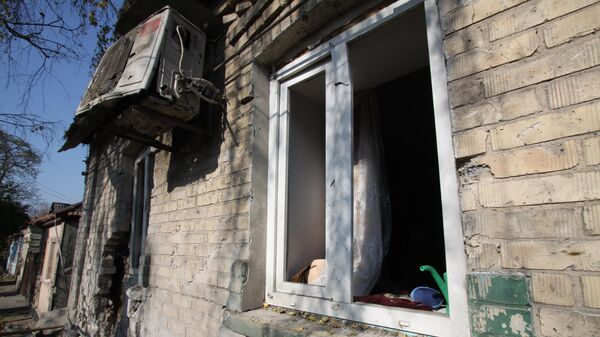 Жилой дом в Донбассе после обстрела