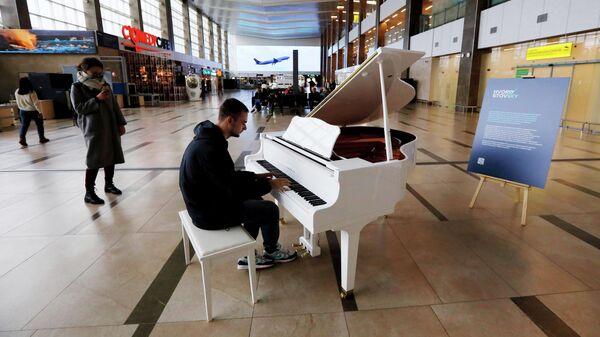 Рояль, установленный в зале пассажирского терминала в аэропорту имени Дмитрия Хворостовского города Красноярска