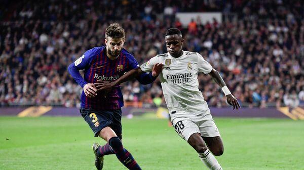 Защитник Барселоны Жерар Пике и форвард Реала Винисиус