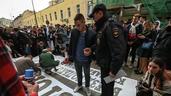 Пикет Молодой Гвардии у посольства Эстонии в РФ