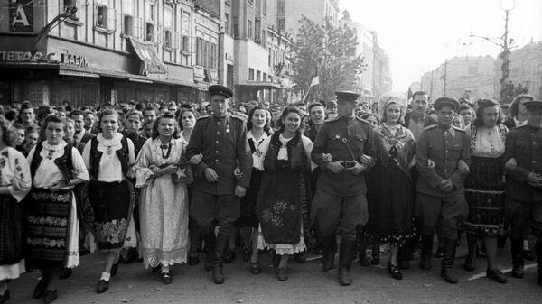 Жители освобожденного Белграда с советскими воинами