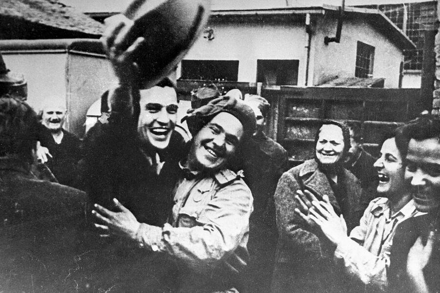 Жители Белграда встречают советских воинов