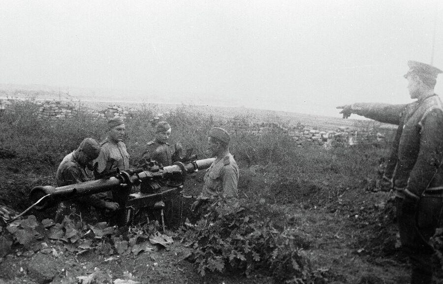 Зенитная батарея капитана В. Дмитриева ведет бои в районе Белграда
