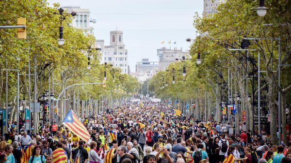 Участники акции протеста на одной из улиц Барселоны