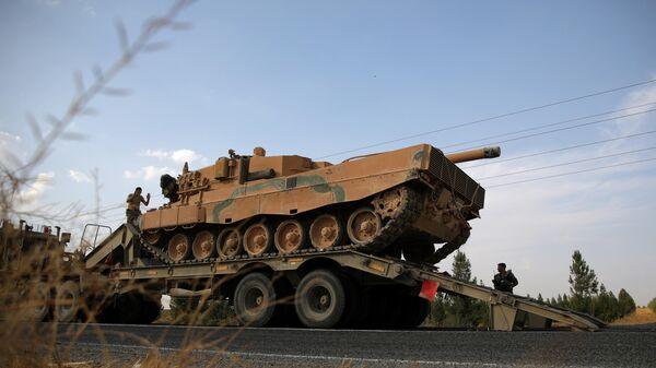 Танк турецкой армии на дороге в провинции Шанлыурфа в Турции