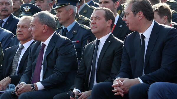 Председатель правительства РФ Дмитрий Медведев, заместитель председателя правительства РФ Юрий Борисов и президент Сербии Александр Вучич на военном смотре сербской армии Свобода 2019