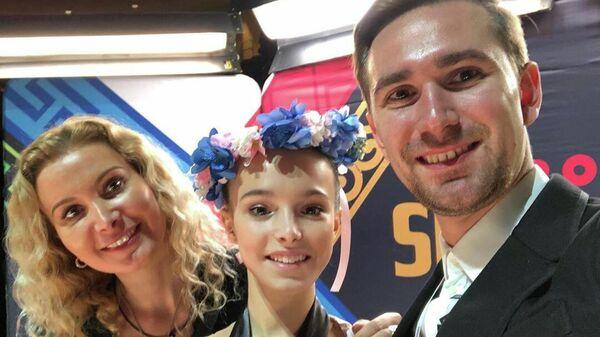 Этери Тутберидзе, Анна Щербакова и Даниил Глейхенгауз (слева направо)