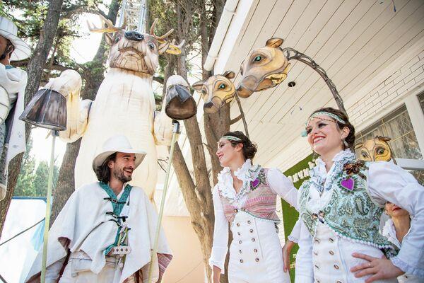 Артисты из парижского уличного театра Remue Ménage готовятся к премьерному в России показу спектакля Парад влюбленных