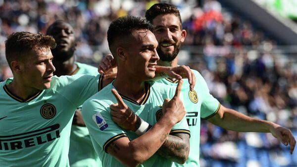 Нападающий ФК Интер Лаутаро Мартинес (по центру) в матче восьмого тура чемпионата Италии по футболу против ФК Сассуоло