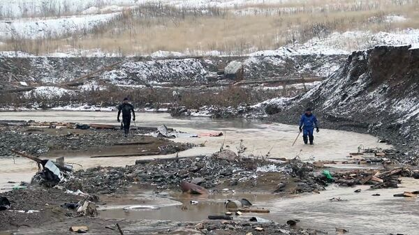 Сотрудники МЧС ведут поисково-спасательные работы на месте прорыва технологической дамбы на реке Сейба