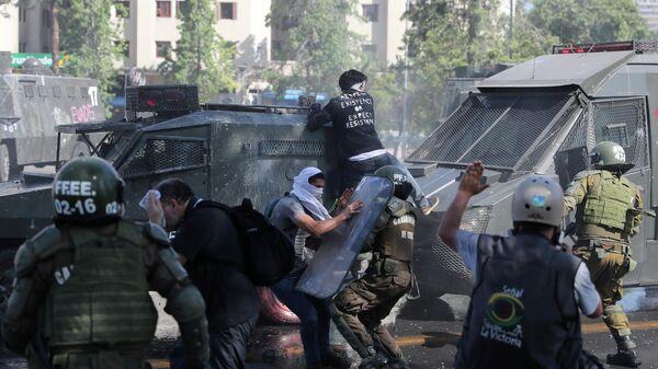 Столкновения демонстрантов с сотрудниками силовой полиции во антиправительственной  в Чили. 20 октября 2019