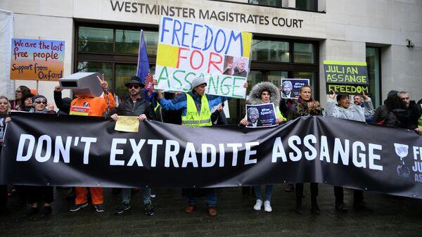 Протестующие против экстрадиции основателя Wikileaks Джулиана Ассанжа проводят акцию у магистратского суда лондонского района Вестминстер. 21 октября 2019