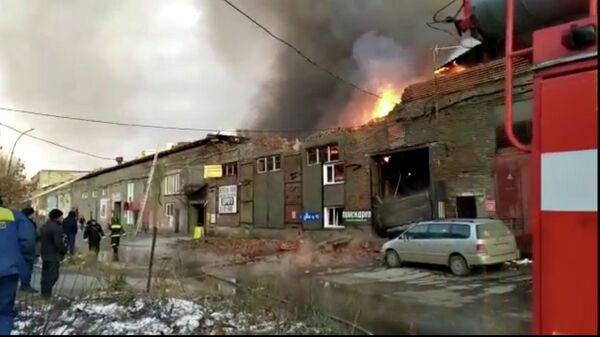 Сотрудники МЧС ликвидируют крупный пожар в складском здании Новосибирска