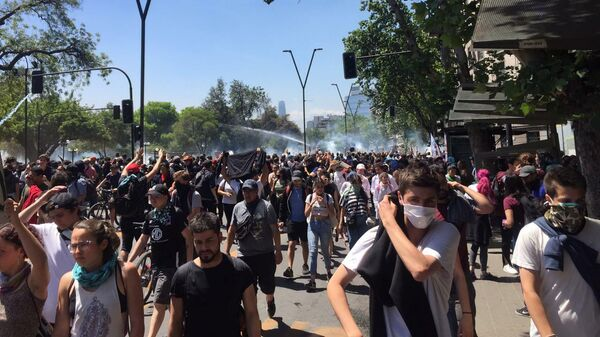 Участники марша на площади Италии Plaza Italia в центре Сантьяго, Чили