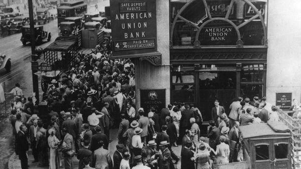 Толпа в американском банке в Нью-Йорке во время банковской паники в начале Великой депрессии
