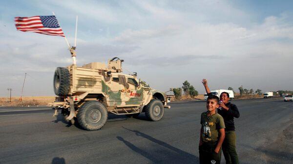 Американский военный автомобиль на территории Ирака после вывода из северной Сирии