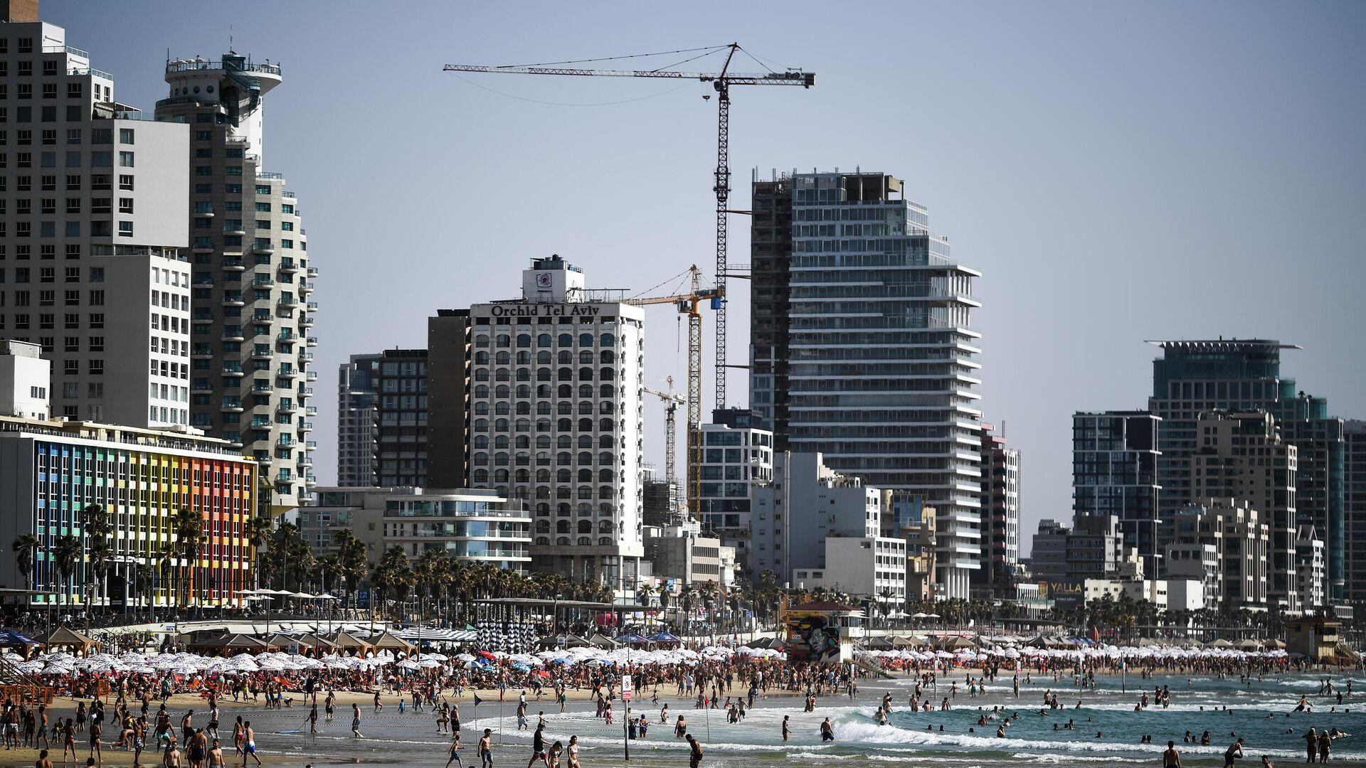 Отдыхающие на пляже в Тель-Авиве - РИА Новости, 1920, 15.06.2021