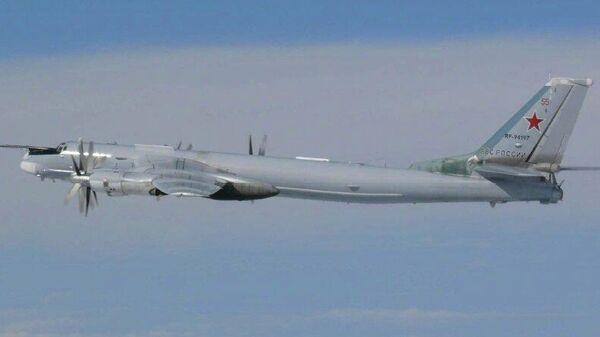 Российский стратегический ракетоносец Ту-95МС во время планового полета над нейтральными водами акватории Японского, Желтого и Восточно-Китайского морей