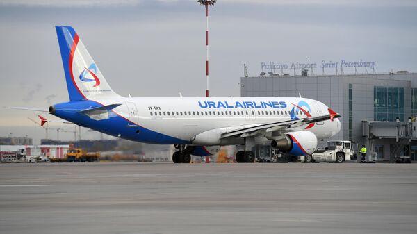 Самолет Airbus A320 Uralairlines в аэропорту Пулково