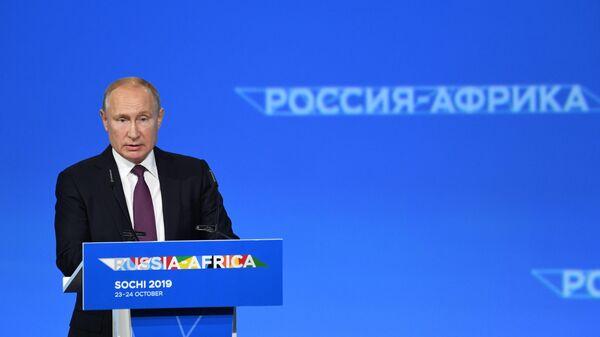 Президент РФ Владимир Путин выступает на пленарном заседании экономического форума Россия - Африка в Сочи