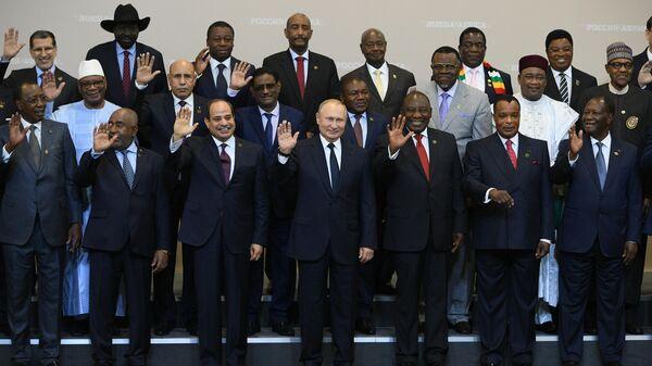 Президент РФ Владимир Путин на церемонии совместного фотографирования с главами делегаций государств-участников саммита Россия - Африка