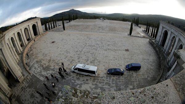 Члены семьи Франсиско Франко во время процедуры перезахоронения диктатора у базилики в Долине Павших, Испания. 24 октября 2019