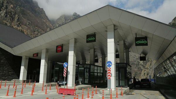 Контрольно-пропускной пункт Казбеги на грузино-российской границе.
