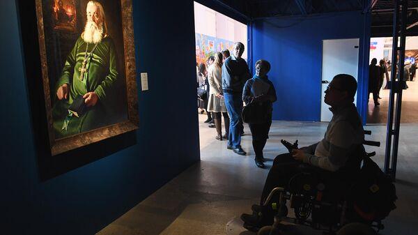 Посетители во время посещения выставки