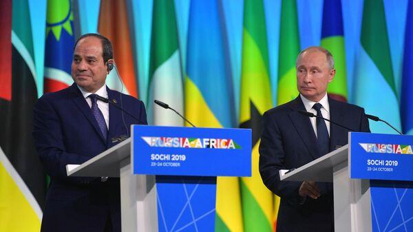 Президент РФ Владимир Путин и сопредседатель саммита Россия - Африка президент Арабской республики Египет Абдель Фаттах ас-Сиси