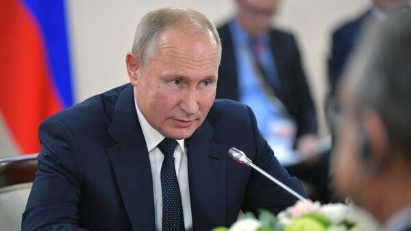 Президент РФ Владимир Путин во время встречи с главой государства Алжирской Народной Демократической Республики Абделькадером Бенсалахом на полях саммита Россия - Африка