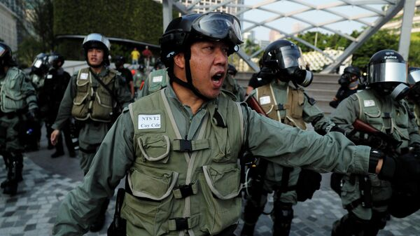 Полицейский во время акции протеста в Гонконге