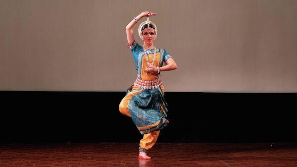 Элемент индийского танца во время фестиваля огней Дивали в Москве