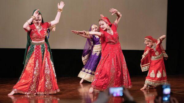Выступление танцоров во время празднования Дивали в Москве