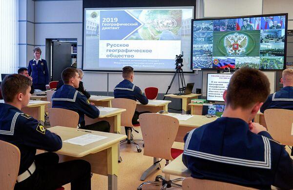 Военнослужащие Северного флота во время Всероссийского географического диктанта