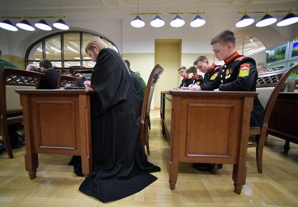 Участники Всероссийского географического диктанта в Санкт-Петербургском суворовском военном училище в Санкт-Петербурге