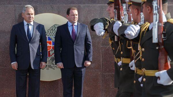 Министр обороны РФ Сергей Шойгу и министр обороны Армении Давид Тоноян во время встречи в Ереване