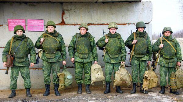 Ополченцы самопровозглашенной Луганской народной республики в поселке Золотое в Луганской области