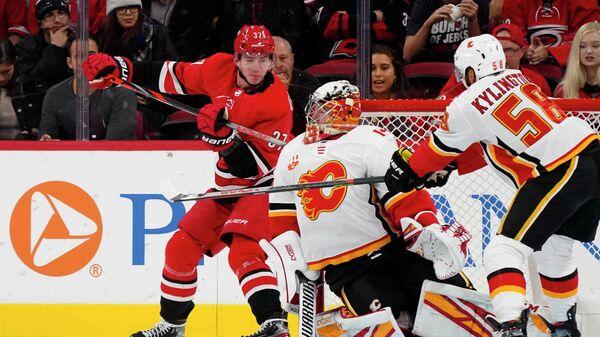 Форвард Каролины Андрей Свечников забрасывает уникальную для НХЛ шайбу