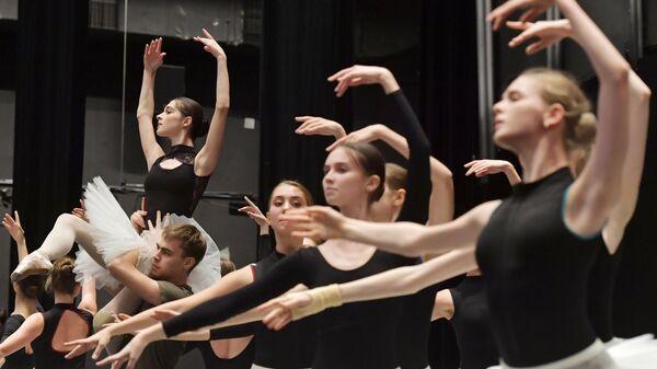 Открытый урок воспитанников Академии танца Бориса Эйфмана в репетиционном зале Детского театра танца в Санкт-Петербурге