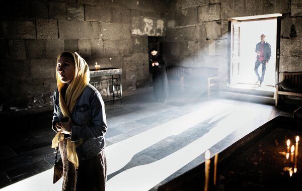 Верующие в Татевском монастыре, Армения