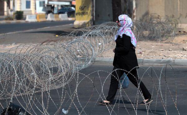 Женщина идет по улице в Багдаде