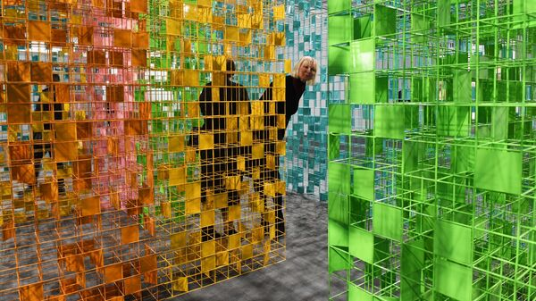 Посетители знакомятся с экспозицией VIII Московской международной биеннале современного искусства