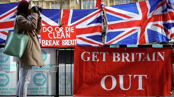 Плакаты сторонников Brexit у здания Парламента в Лондоне