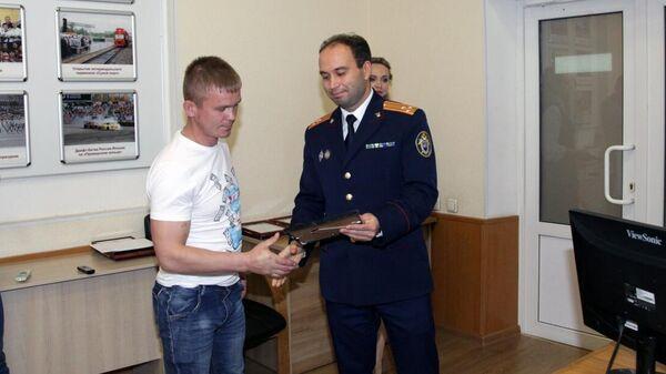 Награждение жителей Артема, задержавших подозреваемого в насилии над девочкой