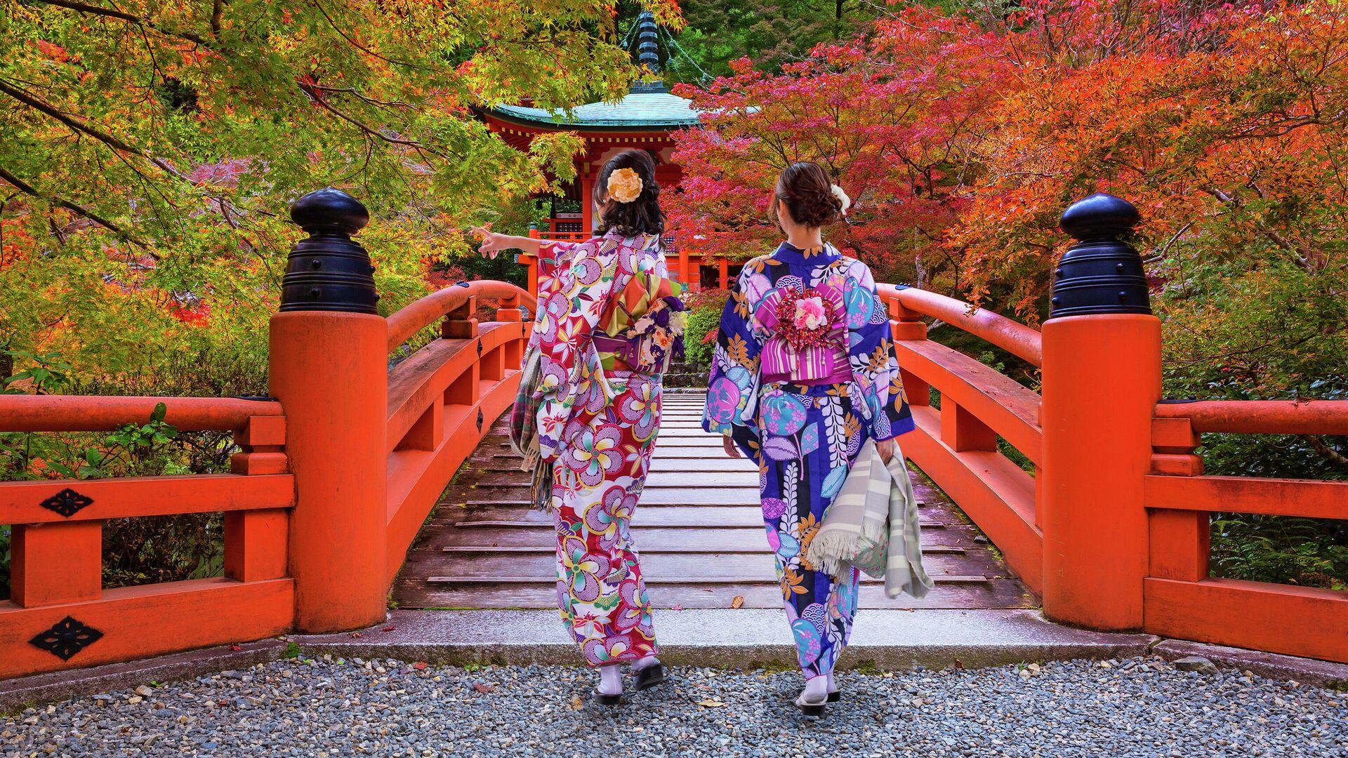 Женщины в традиционных японских кимоно, возле храма Фусими Инари в Киото, Япония - РИА Новости, 1920, 03.01.2020